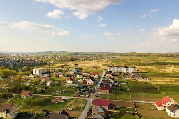 Vista aérea da área rural da cidade com casas residenciais