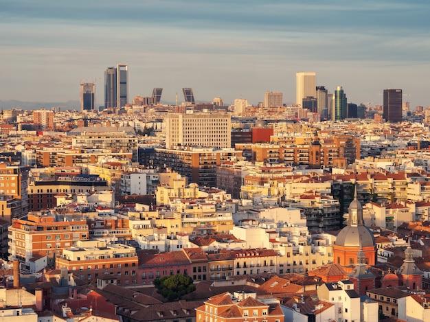 Vista aérea da arquitetura e do horizonte da capital espanhola ao pôr do sol