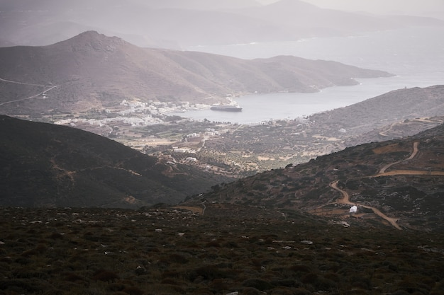 Vista aérea da baía de katapola na ilha de amorgos, grécia