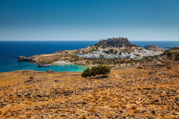 Vista aérea da baía de lindos, vila e antiga acrópole, ilha de rodes, grécia