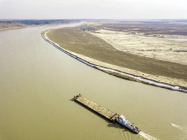 Vista aérea da barcaça no rio tom, início da primavera na sibéria, tomsk, rússia.