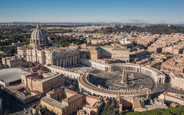 Vista aérea da basílica de são pedro e da praça de são pedro com a árvore de natal Foto Premium