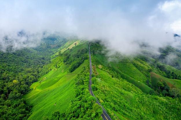 Vista aérea da bela estrada do céu no topo de montanhas com selva verde na província de nan, tailândia