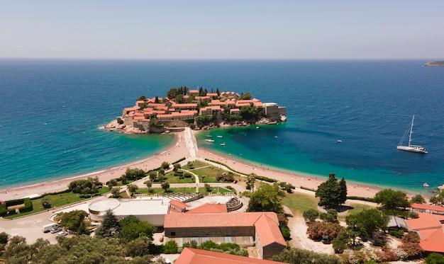 Vista aérea da bela ilha sveti stefan em budva, montenegro