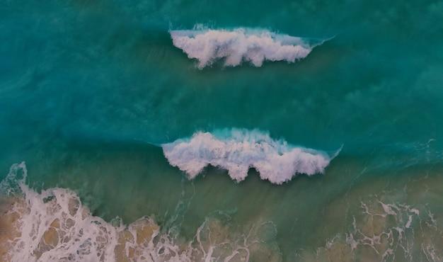 Vista aérea da bela praia de águas turquesa do oceano na praia à beira-mar com vista aérea das ondas da praia de cancún