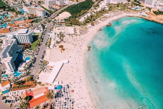 Vista aérea da bela praia do mediterrâneo, a praia de nissi em ayia napa