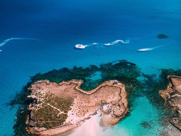 Vista aérea da bela praia em ayia napa