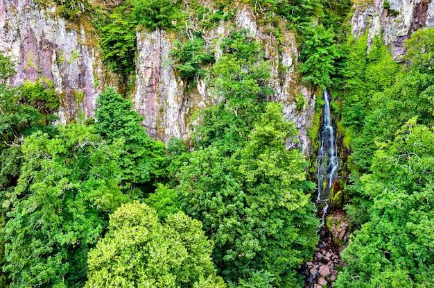 Vista aérea da cachoeira nideck nas montanhas de vosges - alsácia, frança
