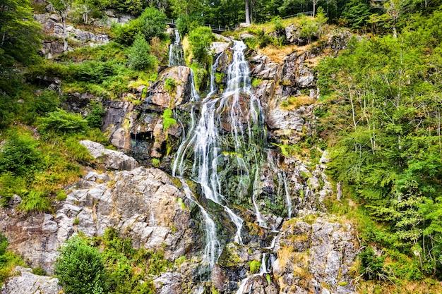 Vista aérea da cachoeira todtnau nas montanhas da floresta negra. uma das cachoeiras mais altas da alemanha