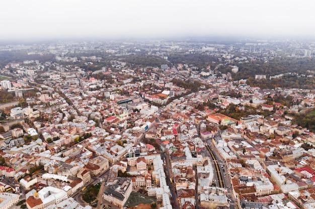 Vista aérea da câmara municipal da cidade de lviv, na ucrânia, europa.