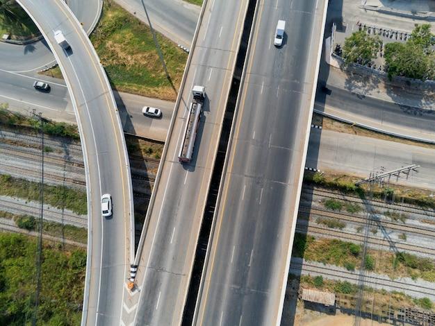 Vista aérea da carga caminhão a gás em estrada rodoviária com tanque de óleo, conceito de transporte., importação, exportação logística industrial transporte transporte terrestre na via expressa de asfalto