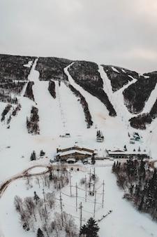 Vista aérea da casa coberta de neve durante o dia