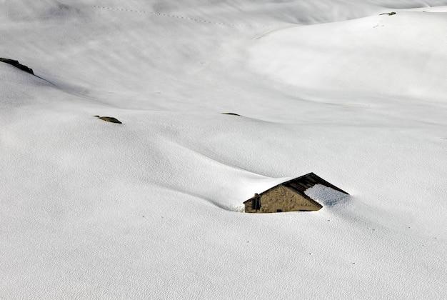 Vista aérea da casa coberta de neve