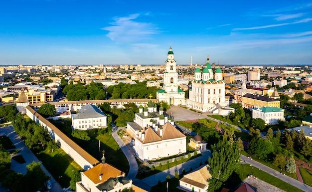 Vista aérea da catedral da dormição no kremlin de astrakhan, rússia