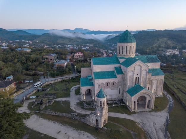 Vista aérea da catedral de bagrati em kutasi, geórgia