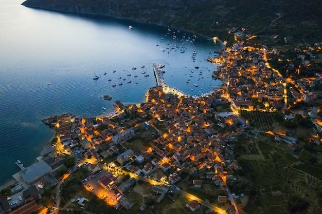 Vista aérea da cidade costeira de komiza na ilha vis na croácia