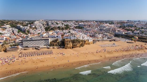 Vista aérea da cidade de albufeira, praia dos pescadores, no sul de portugal, algarve