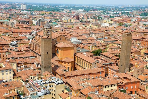 Vista aérea da cidade de bolonha com a catedral e o antigo centro medieval da cidade com as torres altabella e uguzzoni, bolonha, itália