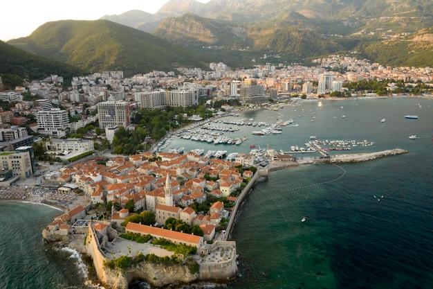 Vista aérea da cidade de budva em montenegro