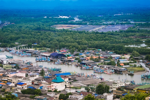 Vista aérea da cidade de chumphon do ponto de vista.
