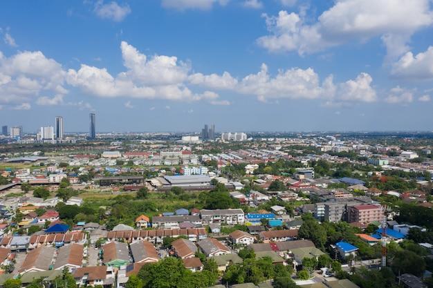 Vista aérea da cidade de drone voador em nonthaburi, tailândia, vista superior da cidade