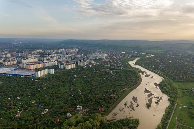 Vista aérea da cidade de ivano-frankivsk com área residencial e casas do subúrbio com um rio no meio.