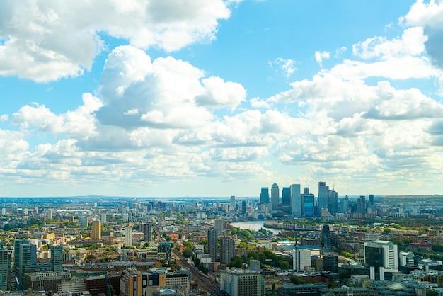 Vista aérea da cidade de londres com o rio tamisa, reino unido