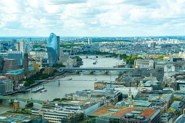 Vista aérea da cidade de londres com o rio tamisa
