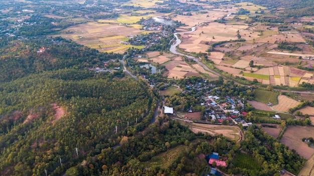 Vista aérea da cidade de pai. pai é uma pequena cidade na província de mae hong son, no norte da tailândia