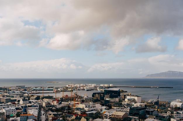 Vista aérea da cidade de reykjavik de casas coloridas na islândia