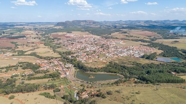 Vista aérea da cidade de santo antônio da alegria, são paulo / brasil
