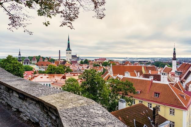 Vista aérea da cidade de tallinn ao pôr do sol em um dia de verão. estônia.