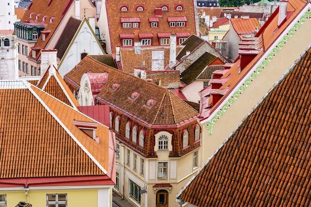 Vista aérea da cidade de tallinn, com seus telhados vermelhos e casas medievais.