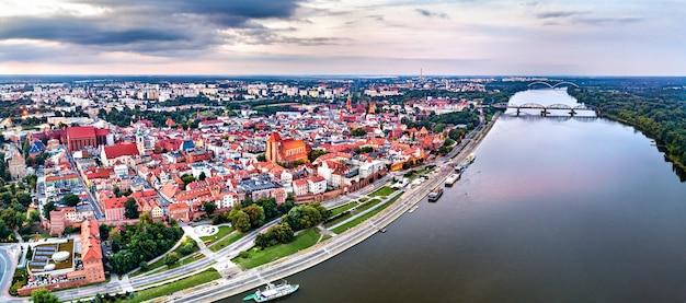 Vista aérea da cidade de torun com o rio vístula. na polônia Foto Premium