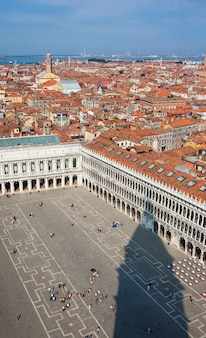 Vista aérea da cidade de veneza do topo da torre do sino na praça de são marcos