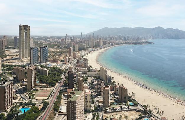 Vista aérea da cidade e da praia de benidorm, alicante, costa blanca, espanha.