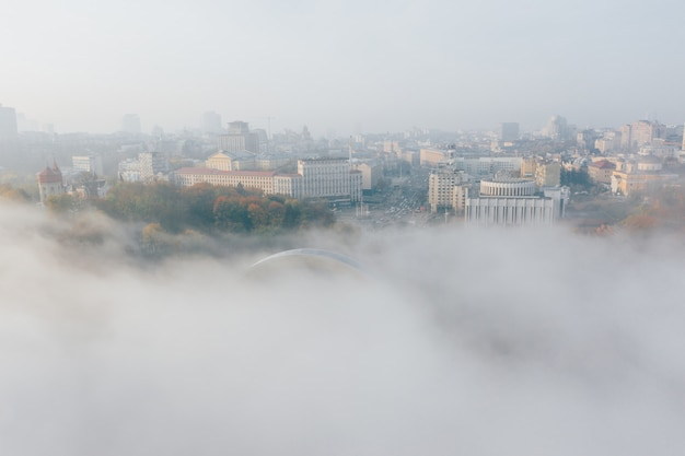 Vista aérea da cidade no meio do nevoeiro