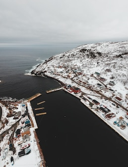 Vista aérea da cidade perto do corpo de água durante o dia