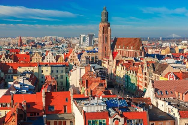 Vista aérea da cidade velha com a igreja de santa isabel da igreja de santa maria madalena pela manhã em wroclaw