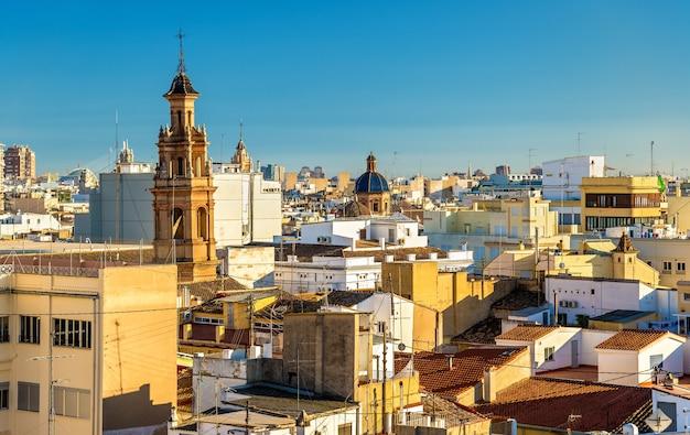 Vista aérea da cidade velha de valência a partir do portão de serranos, espanha