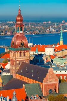 Vista aérea da cidade velha e daugava, riga, letônia