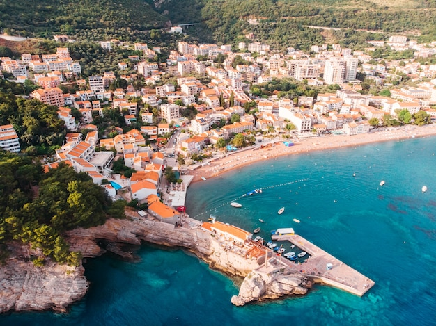 Vista aérea da cidade velha na costa do adriático, montenegro, petrovac