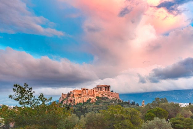 Vista aérea da colina da acrópole, coroada com o partenon ao pôr do sol em atenas, grécia