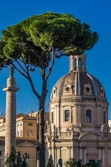 Vista aérea da coluna traian e da igreja santíssimo nome di maria al foro traiano em roma, itália