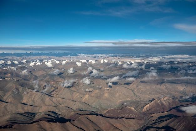 Vista aérea da cordilheira em julho e agosto em leh