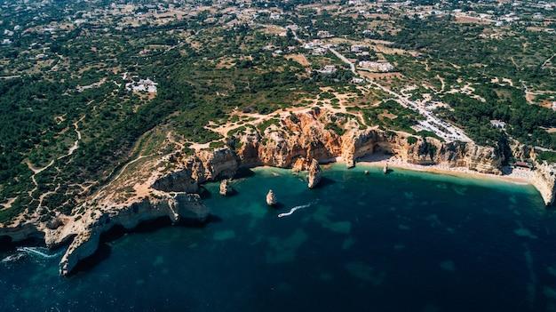Vista aérea da costa de portugal de cima.