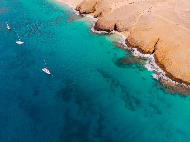Vista aérea da costa do mar azul limpo