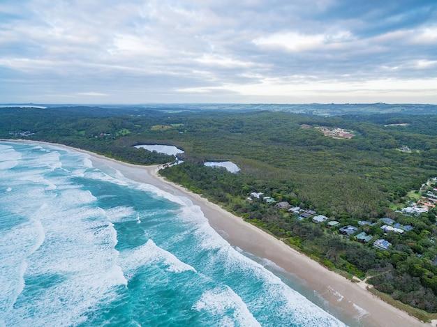 Vista aérea da costa do oceano bonito perto de suffolk park, nova gales do sul, austrália