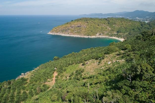 Vista aérea da costa rochosa