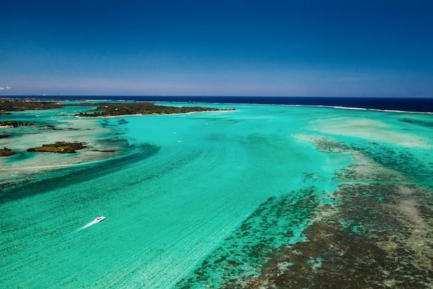 Vista aérea da costa sul da maurícia. paisagem incrível.